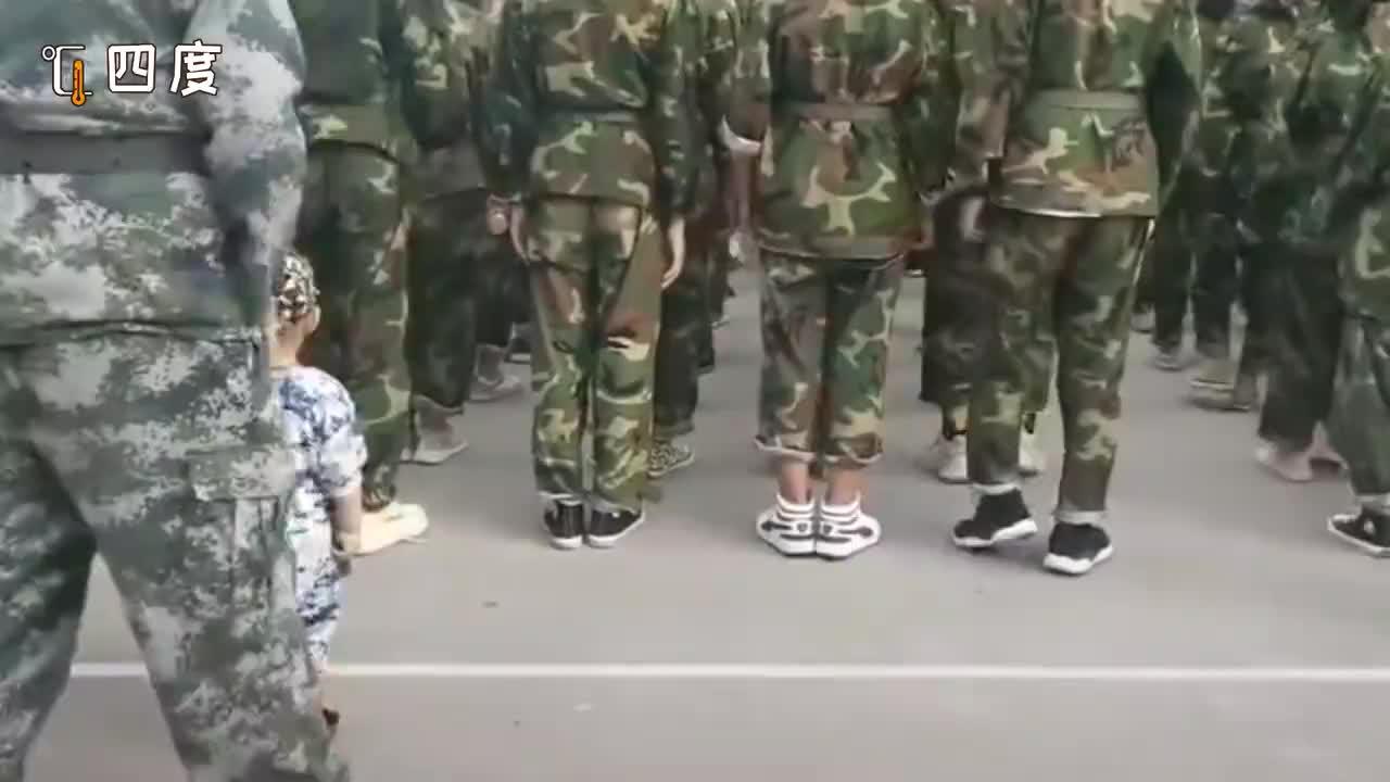 萌娃跟着教官爸爸一起军训 奶声奶气原地踏步走喊口号:一二三四