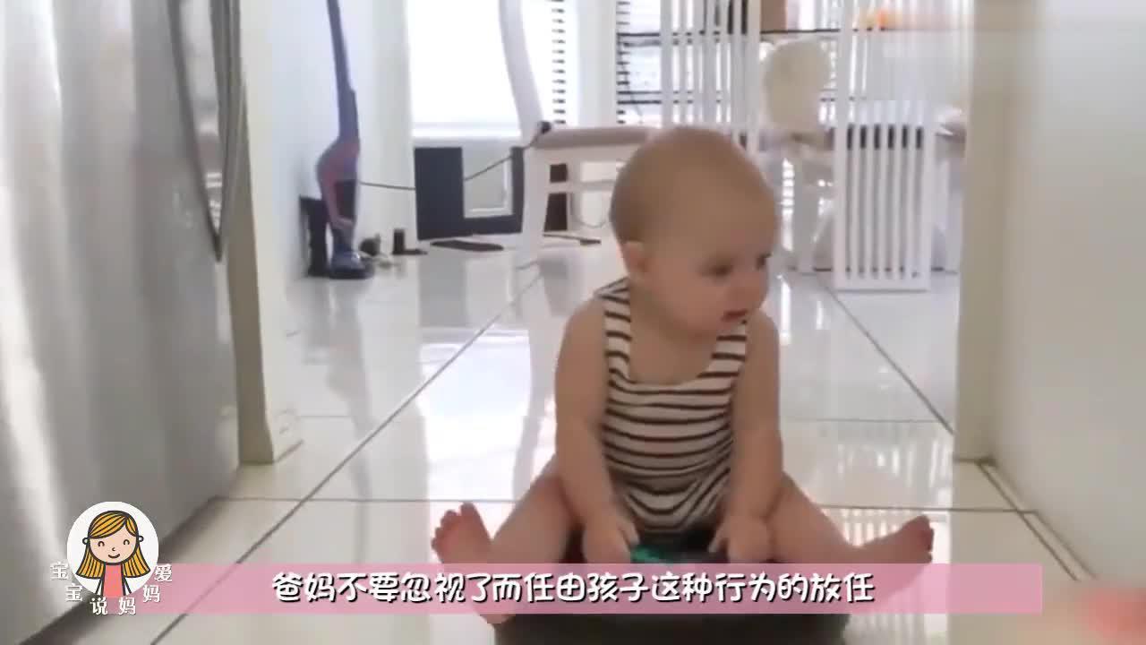 宝宝手被卡住了,爸爸着急前来救驾,下一秒爸爸却无奈被耍!