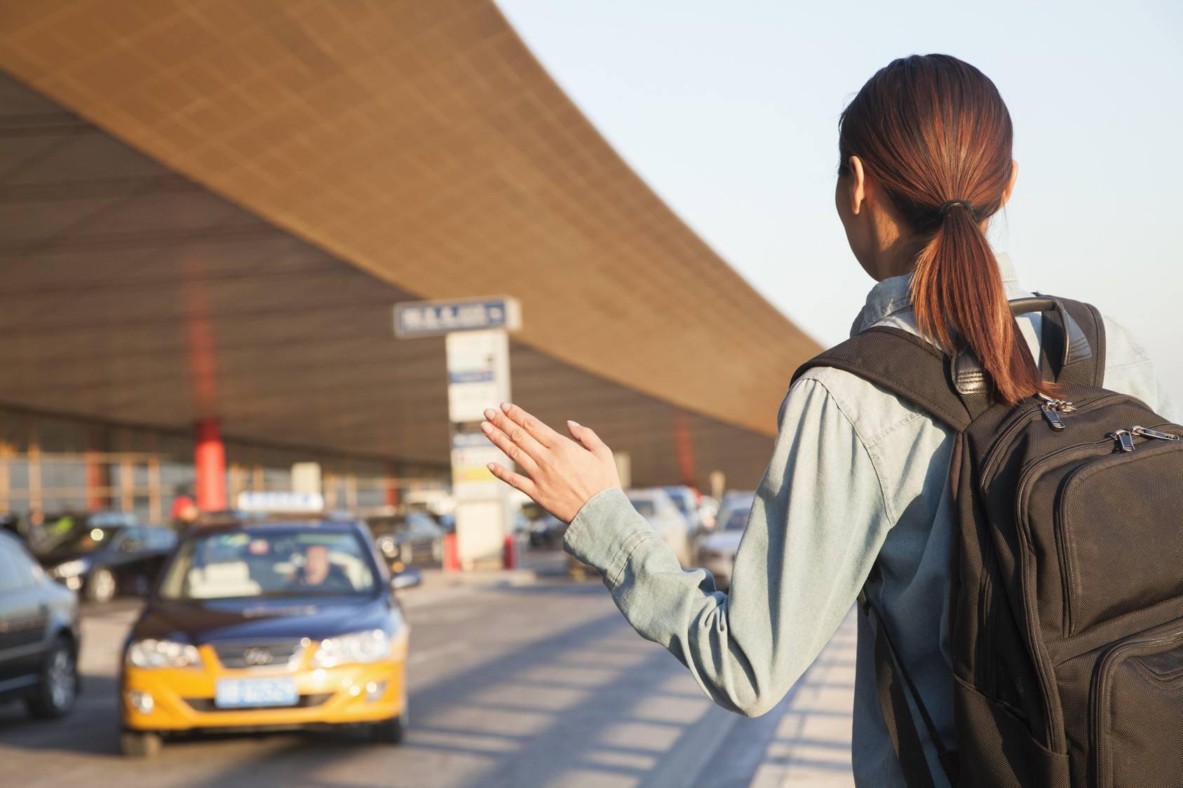 出租车为色情场所提供便利,公然介绍乘客前往,从中获取好处费