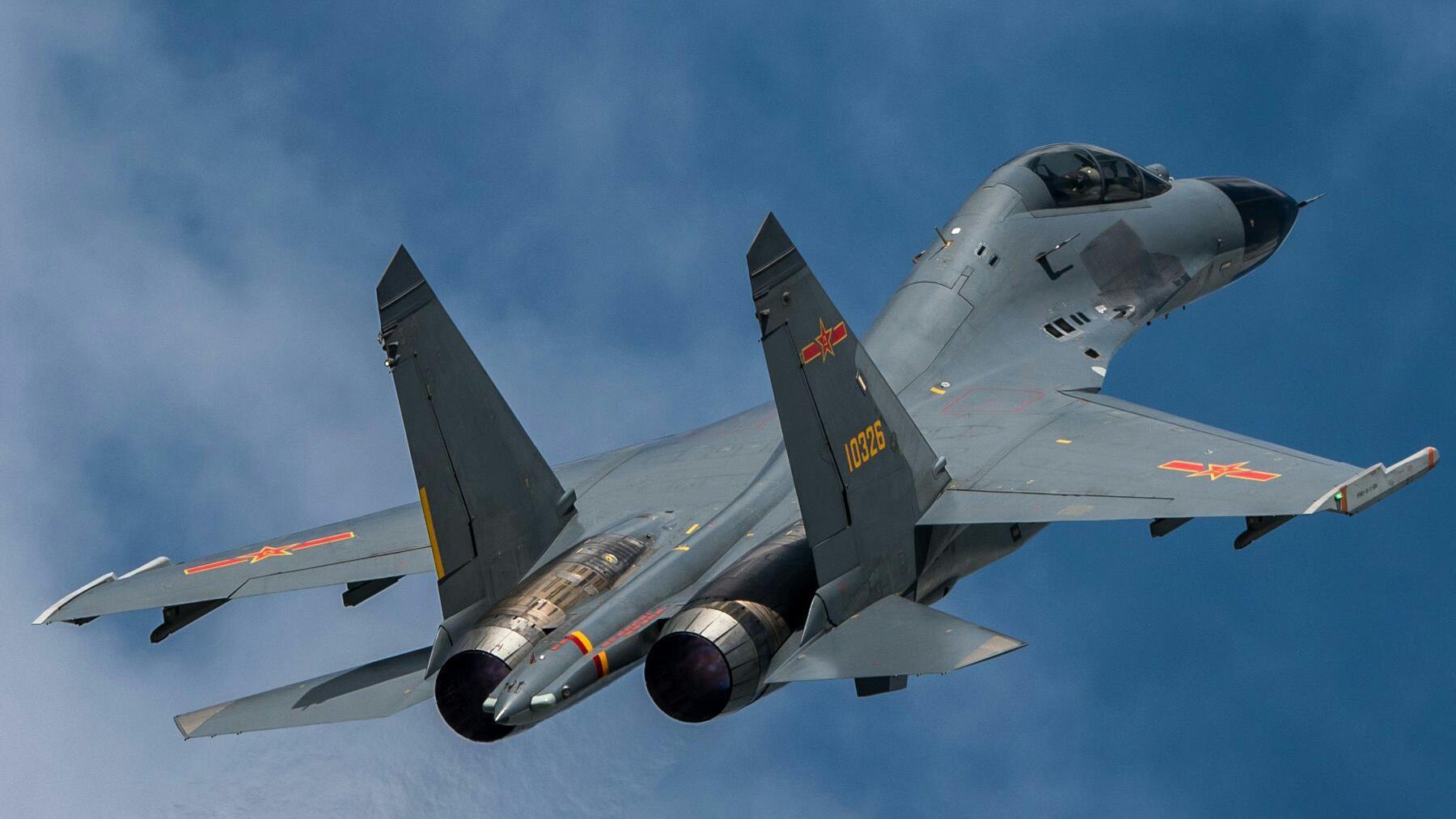 中国空军歼-11BS战斗机,超低空飞过山谷的镜头!