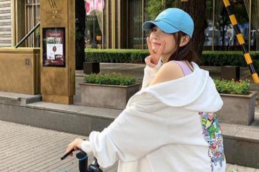 李小璐大街上骑单车,打扮青春有活力,嘟嘴做鬼脸少女范儿很足!