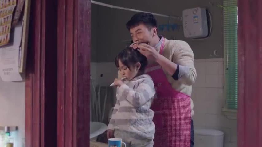 爸爸为刚回国的女儿准备早餐,不料女儿却各种嫌弃,还开始飚英语