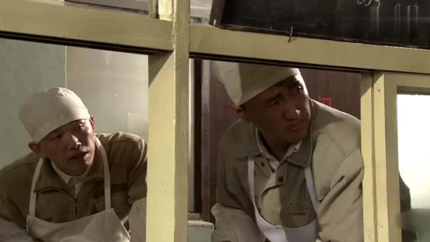 宫爆鸡丁两毛钱,工人们顿时生气了,不料大厨:吃不起换便宜的