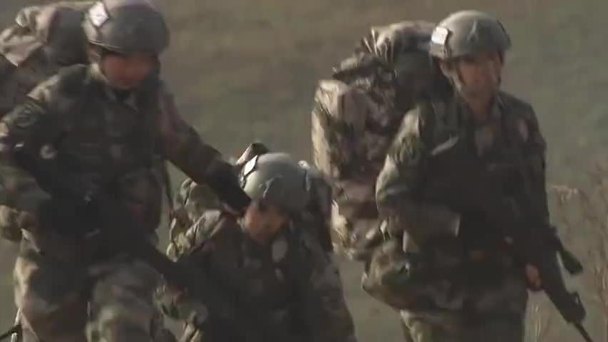 特种女兵训练真奇葩,刚跑完三千米,就要在炮火中做针线活