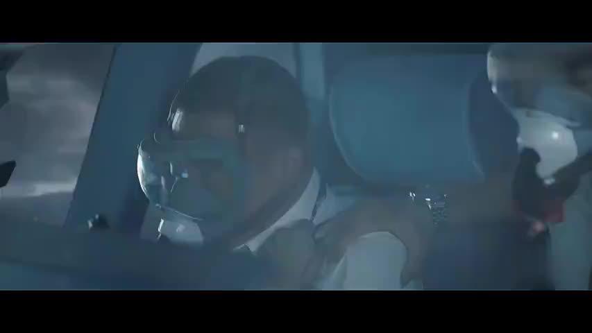中国机长:机长闯雷暴云群,细雨如针扎脸上,心都提到嗓子眼了