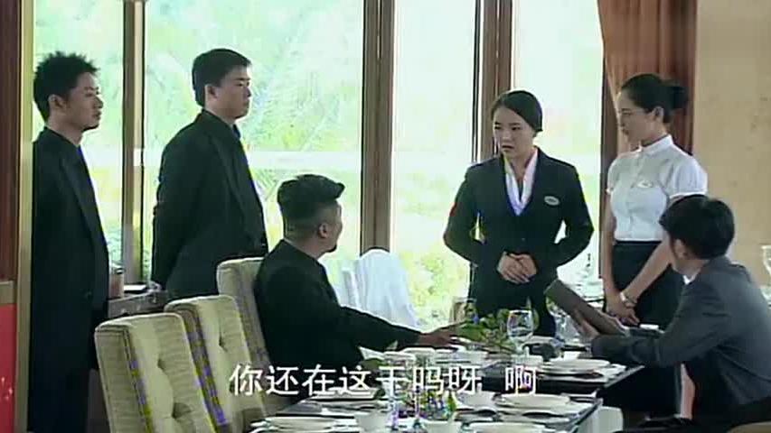 黑衣男子去酒店找麻烦,不料一见女服务员后,立马就恭敬了起来