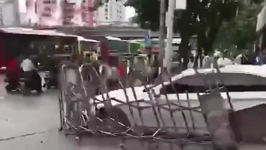 宝马车主这是干嘛了!直接车头顶着小区大门跑了!