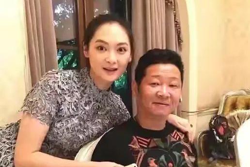 """""""三德子""""赵亮:转行养鸡如今身价上亿,娶小16岁超模很幸福"""