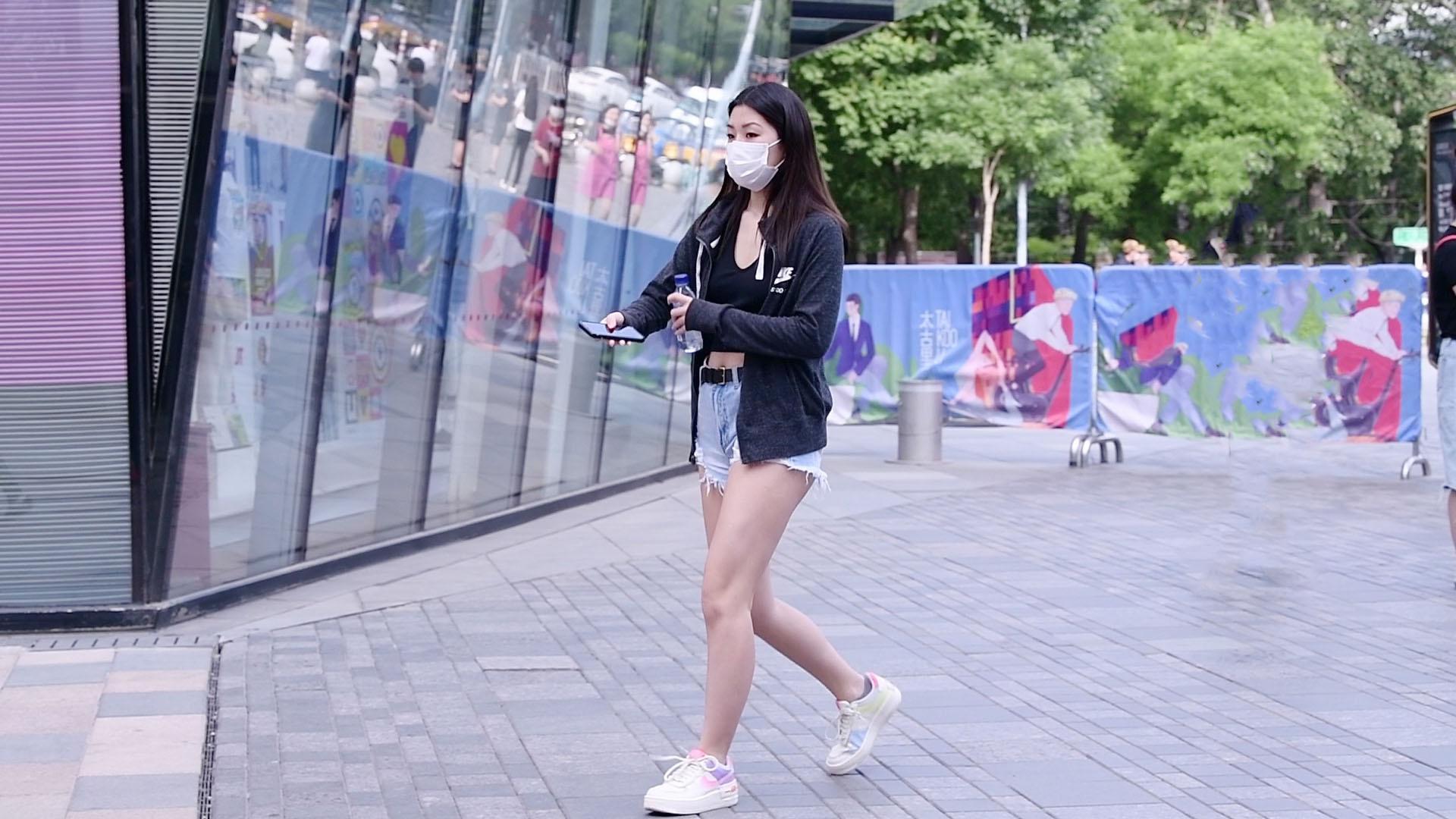 牛仔短裤的搭配,夏季也可以穿出层次感,好看的姑娘更会穿搭