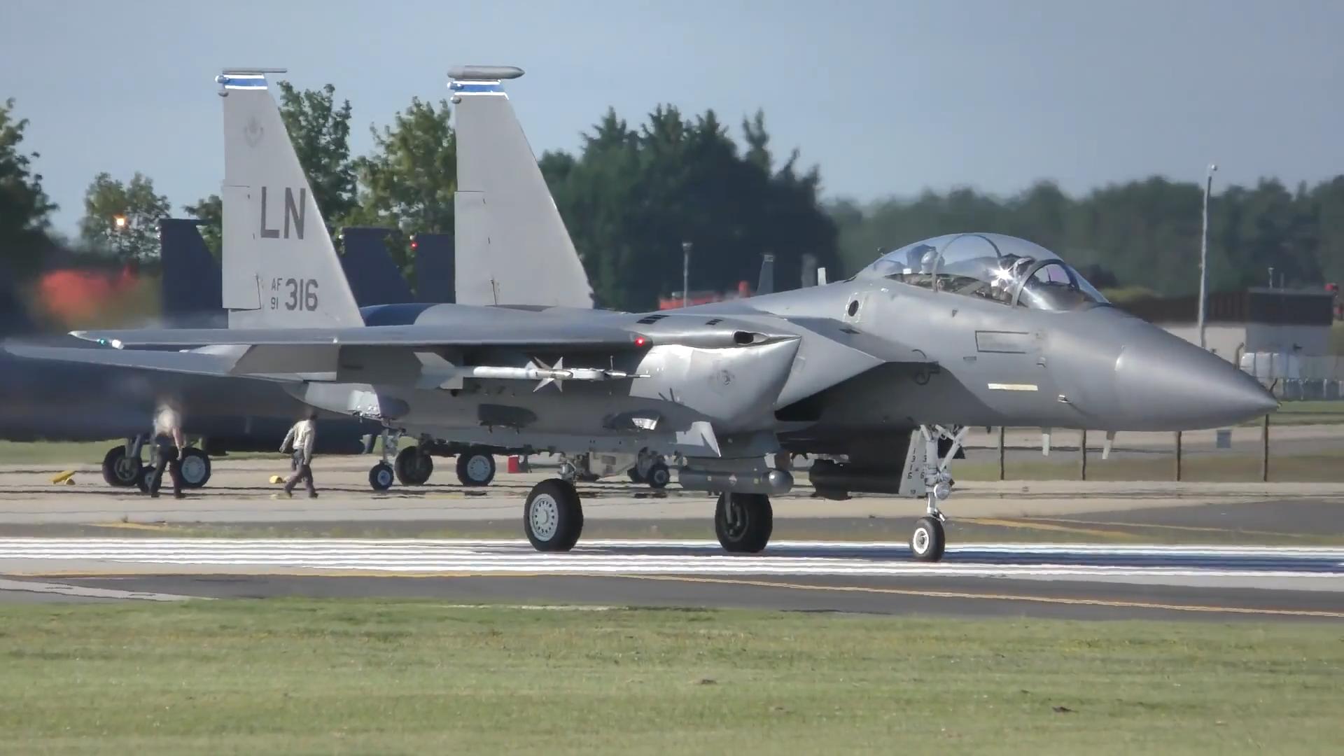 兰肯希斯空军基地,F-15战斗机群密集起飞!