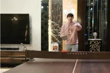 吴磊的豪宅被曝光:起居室一角竟然摆放一张乒乓桌。