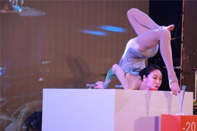 """中国最美""""柔术女王"""",轻松将身体摆成""""M""""型,表演让国际惊叹"""