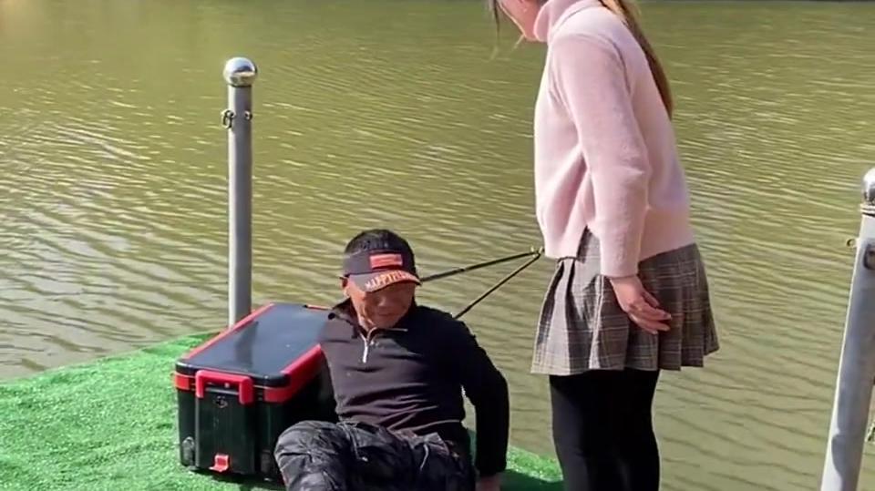 成事不足败事有余,让老公来钓鱼池他竟然睡着了,活该被打!