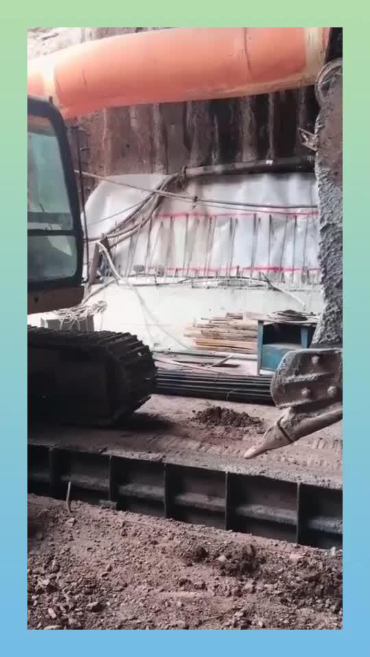 卡车从隧道里面出来,结果地面上的铁锹断裂,出现意外的一幕