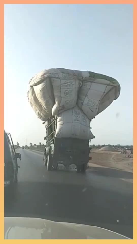 印度货车严重超高超载,不愧是开挂的民族,在我国这样会罚...