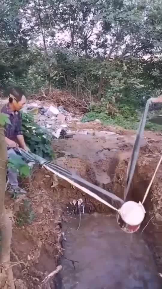 竹子自制吊桶,成了打水的好利器,大哥脑洞真大!