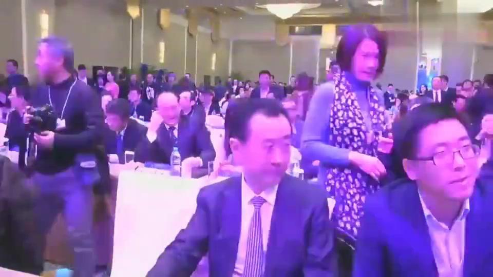王健林门前找他签名的排着队,董明珠嫉妒送笔,大佬们的欢乐
