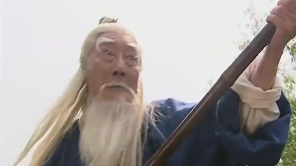 百岁爷钓金鲤鱼,连轻功水上漂都用出来了,这鱼的力气比牛都大吧
