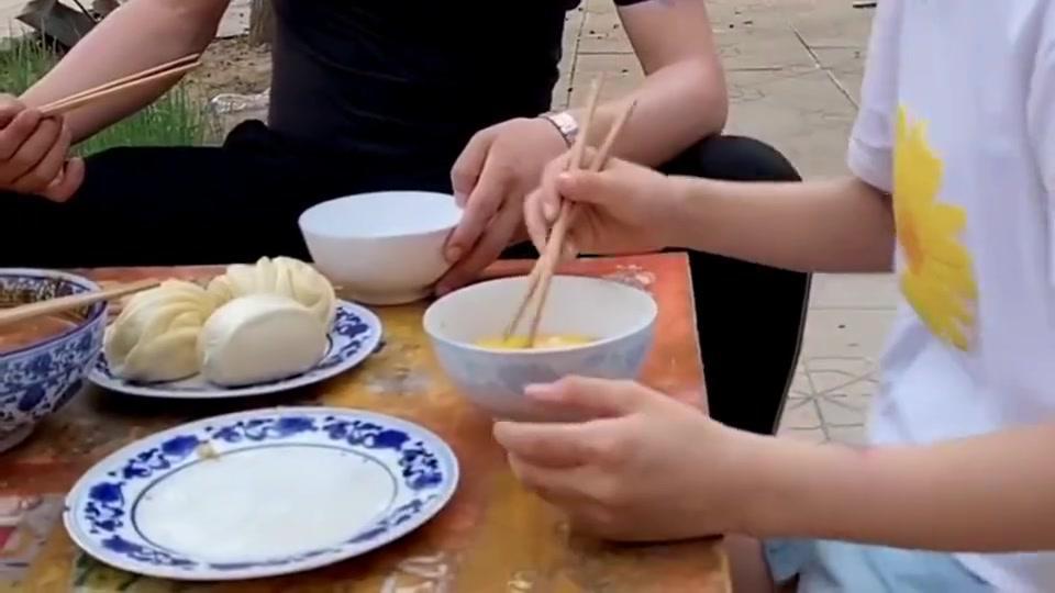 跟老婆的教育观不同,每次吃饭女儿都有小毛病,老婆认为是正常!