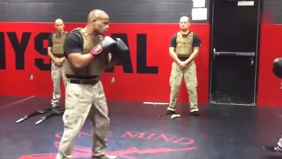 国外海军陆战队搏击格斗术,跟专业拳手比如何?