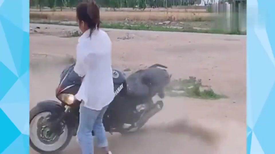 机车摩托:女司机胆子真大,单手骑摩托车漂移,最后一幕却尴尬了