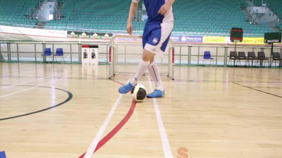 一个小技巧,让你轻松做出小罗牛尾巴过人室内足球技巧教学