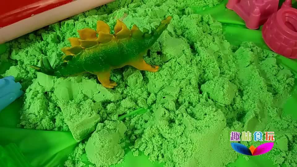 恐龙妈妈聚集沙滩孵化恐龙蛋