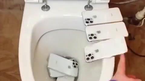 这难道就是上流社会吗?这么多苹果手机丢厕所