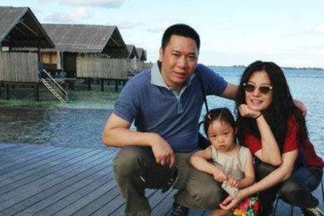 2008年,黄有龙为了赵薇抛弃港姐叶翠翠,如今叶翠翠过得如何