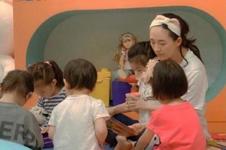 章子怡与女儿温馨同框,装扮可爱自称孩子王,生二胎后发际线抢镜
