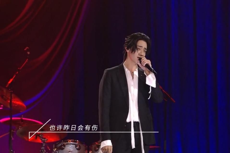 郑云龙风波后首登台,连唱三首歌状态不佳,抬头纹清晰可见