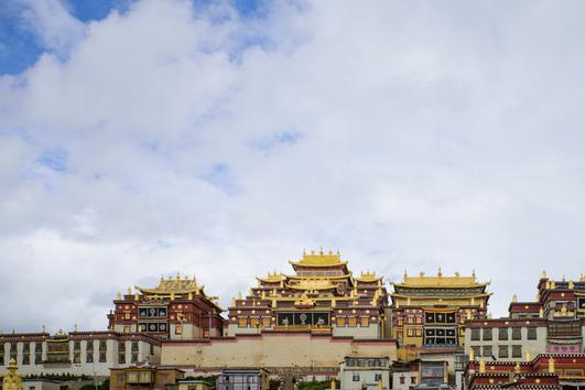"""云南省规模最大的藏传佛教寺院,并被誉为""""小布达拉宫"""""""