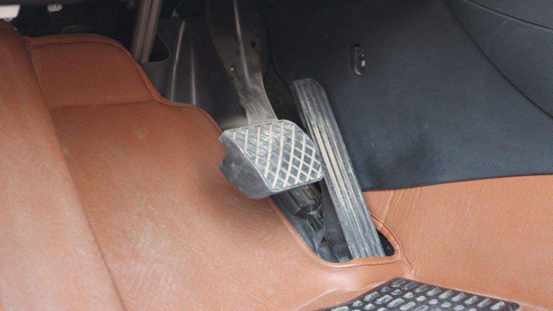 上路行驶时踩油门踏板有震感是怎么回事?