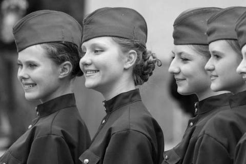 德军不找慰安妇,因为希特勒已经为他们挑选了无数金发碧眼的女子