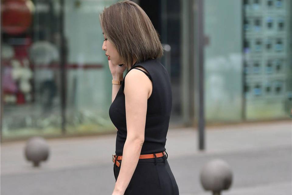 红黑渐变色尖头细跟鞋,10公分的高度,搭配七分阔腿裤