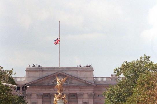 老照片再现戴安娜王妃的葬礼:全球25亿人观看直播,哈里神情哀伤