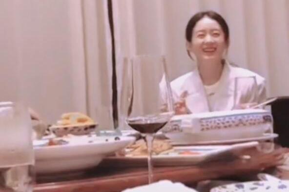 赵丽颖新戏开机与导演吃饭,饭桌上素颜徒手啃鸡爪,聊的好开心