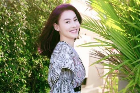 张柏芝点赞王菲照片引热议,她早年还给开演唱会的王菲送过花篮