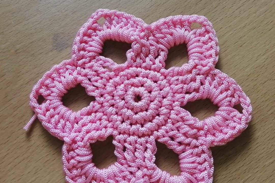 毛线编织的技巧,带你学习如何钩织漂亮的六瓣花杯垫!
