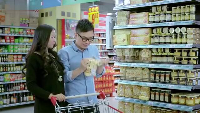 屌丝男士:大鹏超市试吃:这皮鞋口感不对,是假的