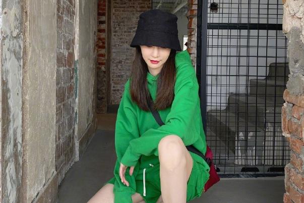 身高172的沈梦辰太会穿了!绿色卫衣短裤秀修长美腿,身材好养眼