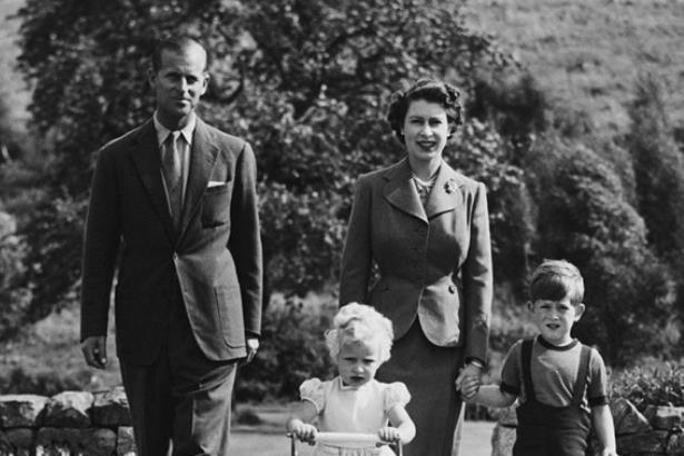 """英国女王95岁退休?查尔斯亲自否认,重申""""超长待机""""永不退位"""