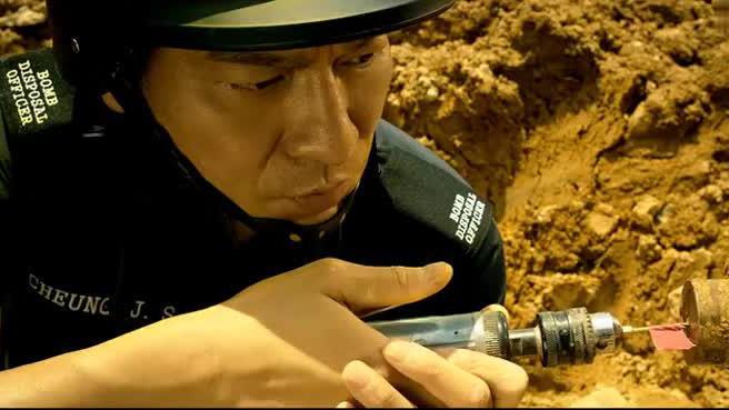 华仔扮演拆弹专家,稍有失误就会被引爆炸弹,场面紧张了