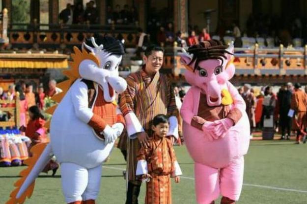 不丹国庆大阅兵,29岁不丹王后挺孕肚亮相,雪域美人终于笑了!