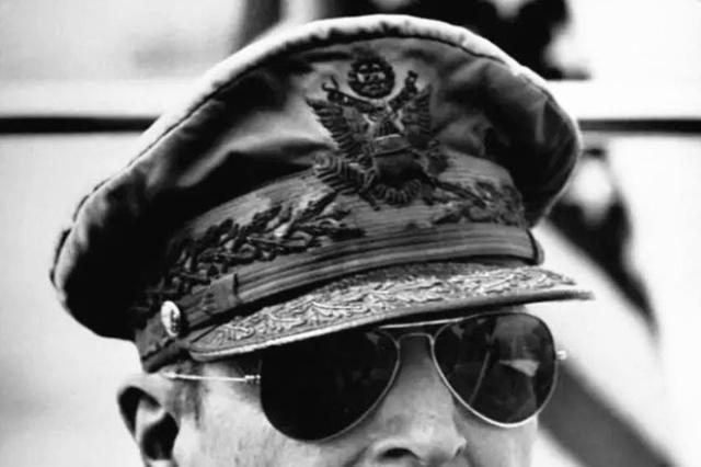 二战后麦克阿瑟问天皇:日本战败你为何不切腹?他的回答太高明