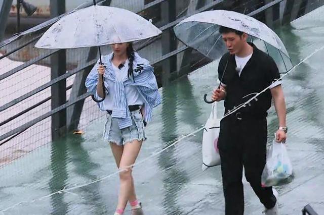 赵丽颖不想被拍到素颜,戴口罩帽子遮挡,黄晓明却暴露她皮肤状态