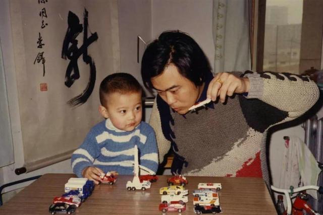 童话大王郑渊洁帮儿子写作文被给0分,自己教育儿子,结果如何?