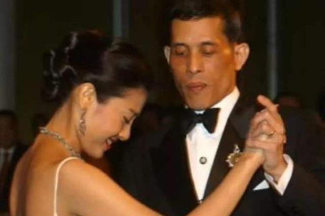 玛哈国王陪泰国王室几位女性跳舞区别大,陪母亲跳舞最为绅士