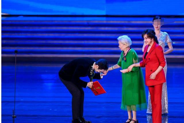 刘晓庆谢芳为黄晓明颁奖,百花影帝对前辈90度鞠躬,素养获赞!
