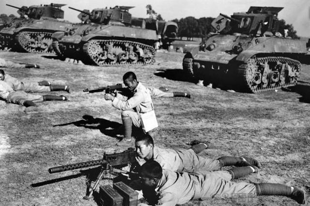 渡江战役中,国军在长江南岸有两个军事集团,各有多少兵力?